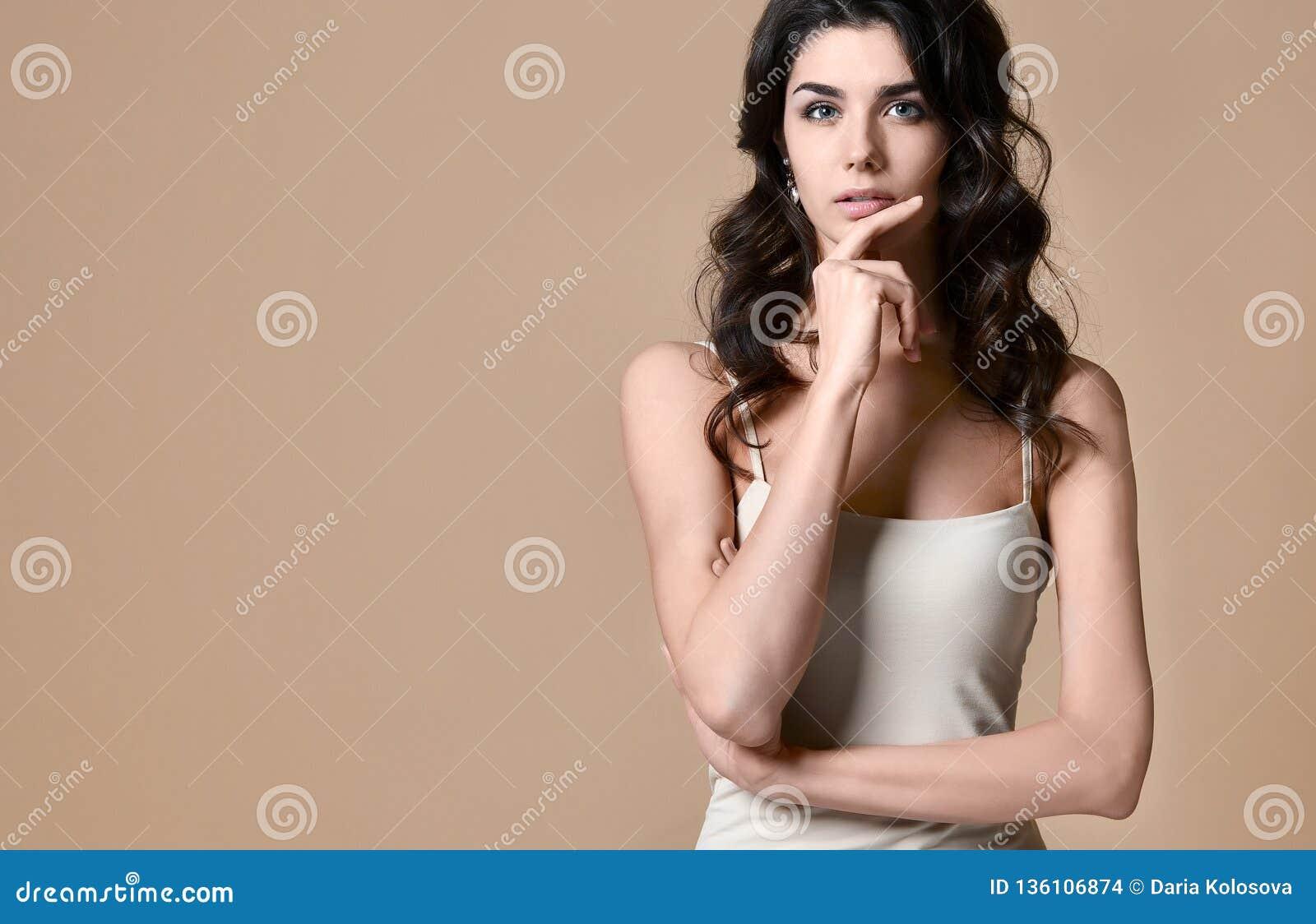 一名可爱的时兴的新深色的妇女的纵向