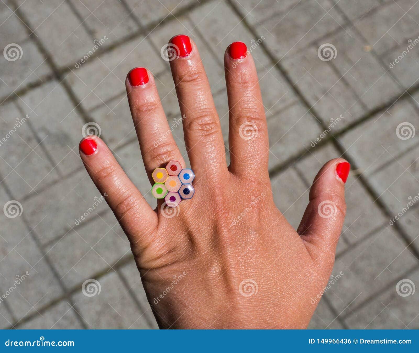一名妇女的手有圆环的