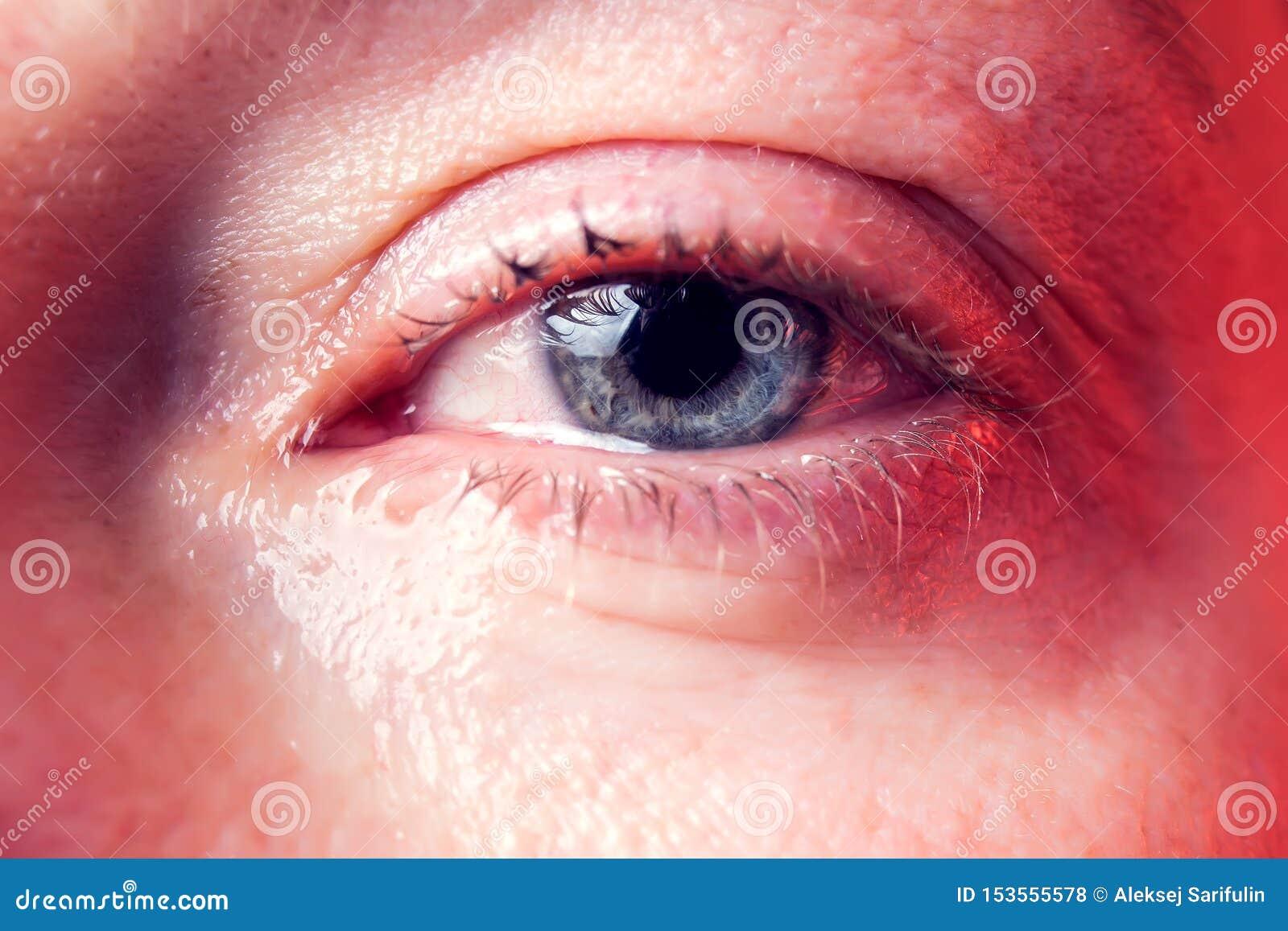 一名妇女的特写镜头蓝眼睛有泪花的 r