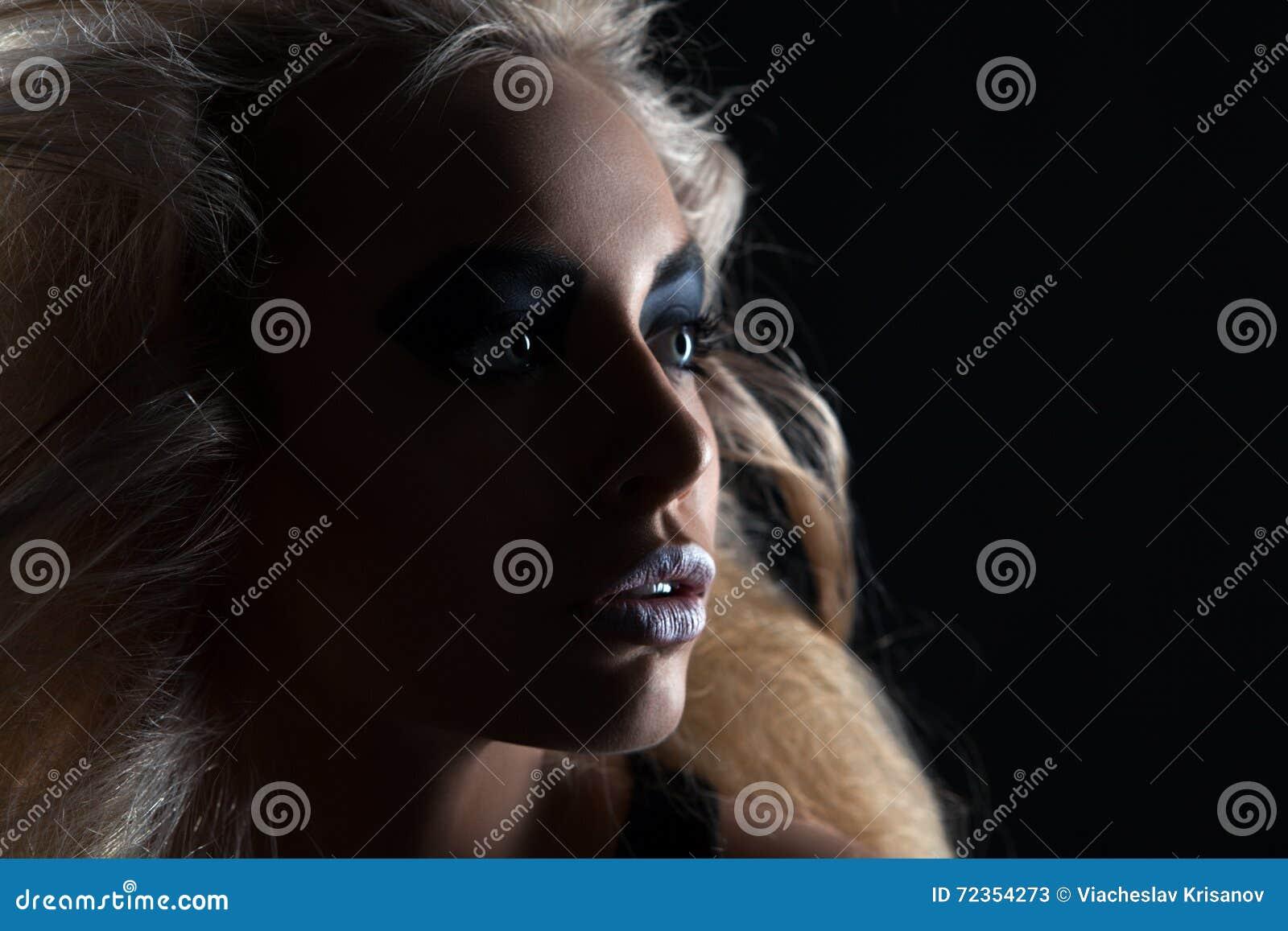 一名妇女的特写镜头画象有发烟性眼睛构成的