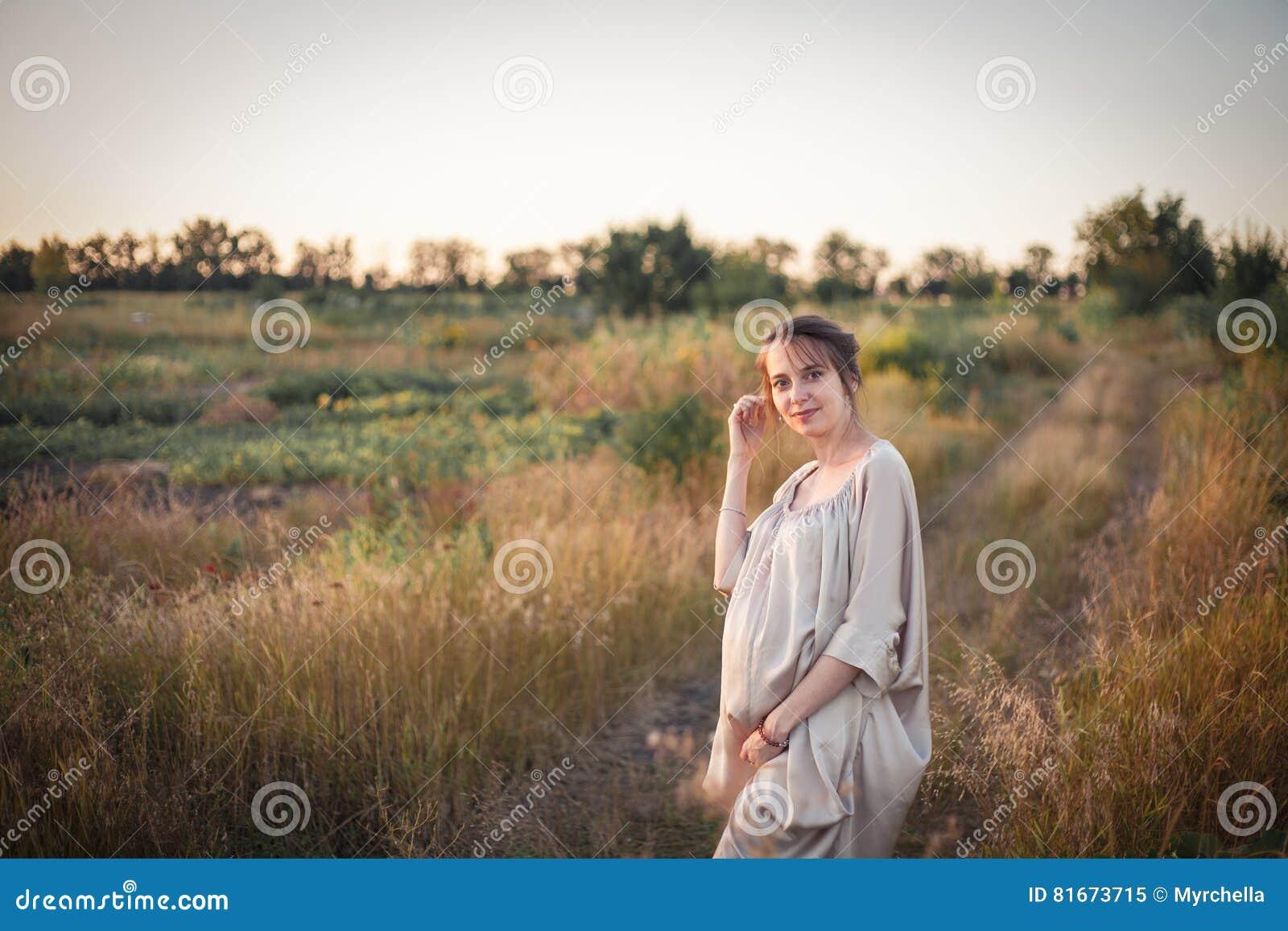 一名孕妇的画象日落光的
