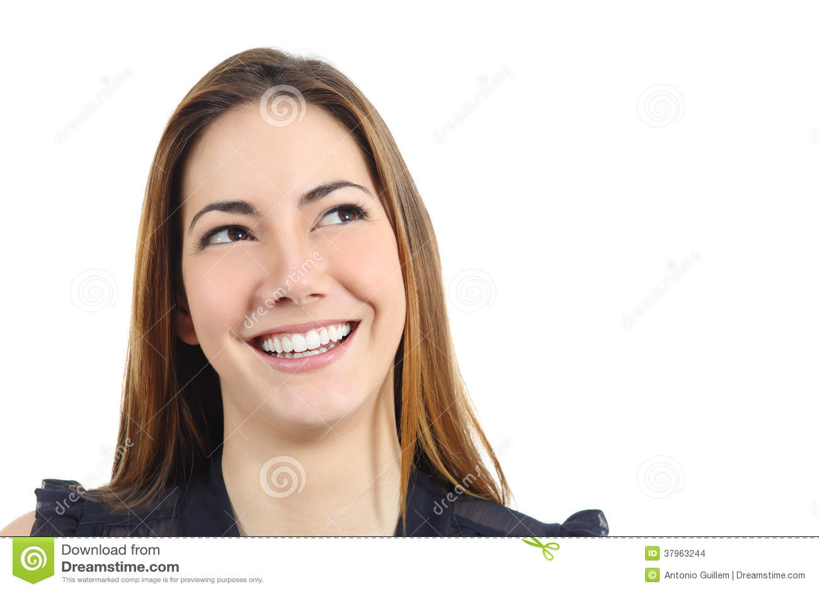 一名愉快的妇女的画象有看完善的白色的微笑的斜向一边