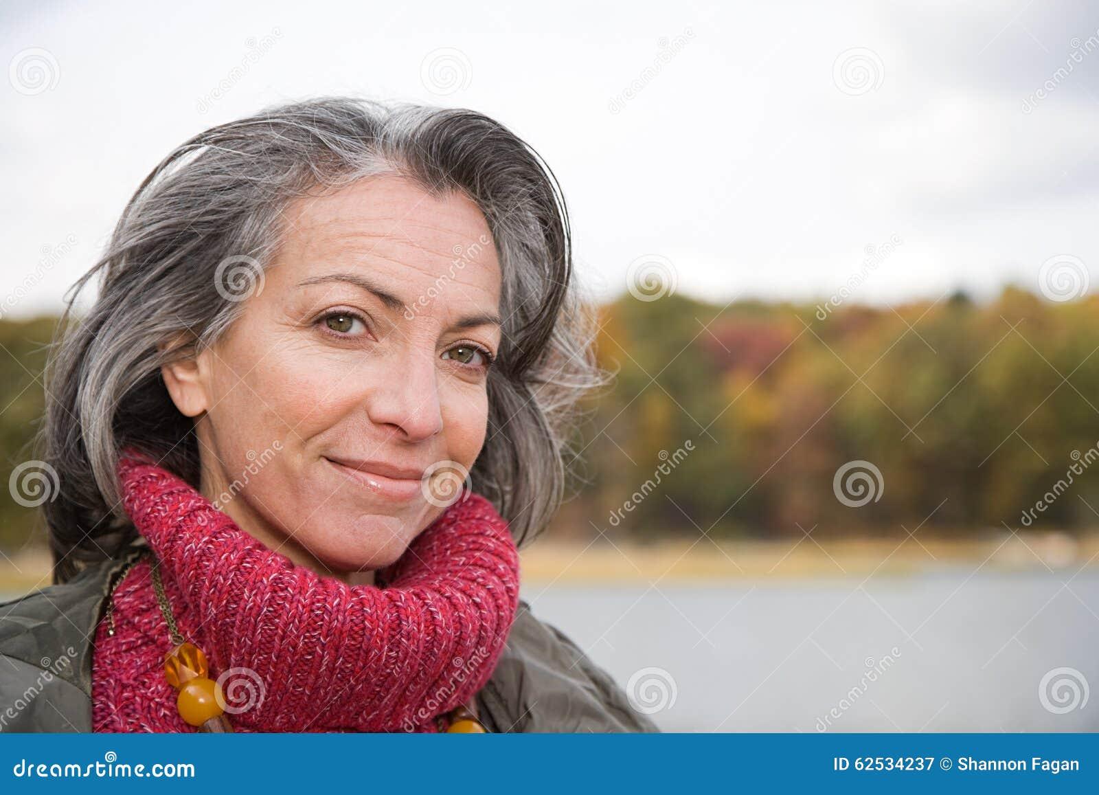 一名成熟妇女的首肩