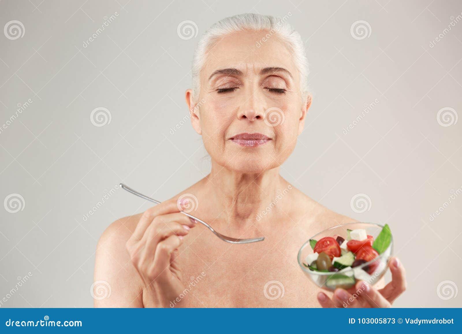 一名满意的半赤裸年长妇女的秀丽画象