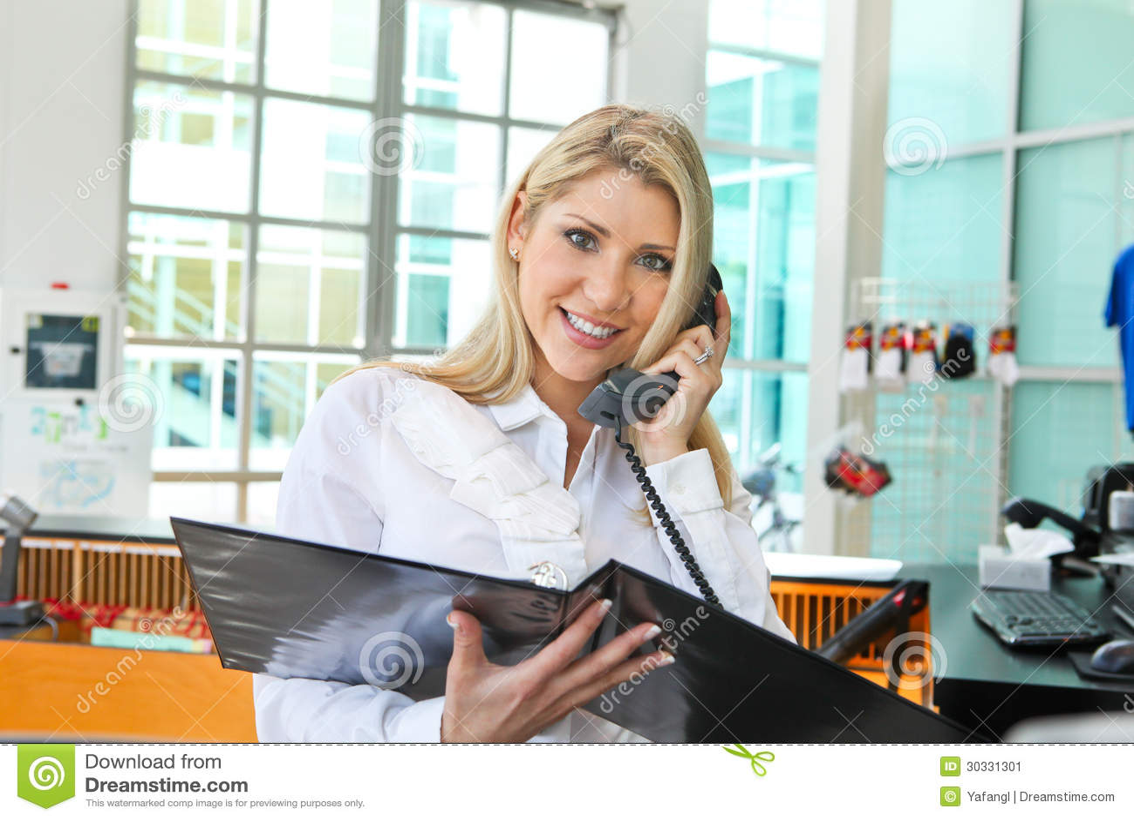 一名美丽的女实业家谈话在电话