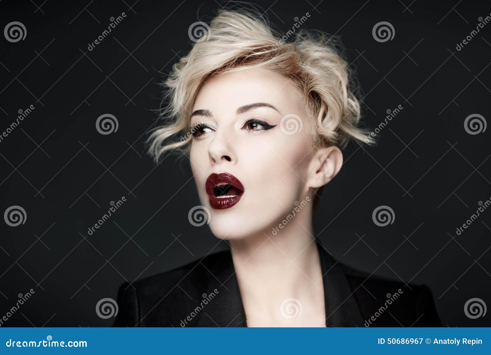 Download 一名美丽的妇女的画象有干净的皮肤的 库存图片. 图片 包括有 干净, 逗人喜爱, 人力, 白种人, 有吸引力的 - 50686967