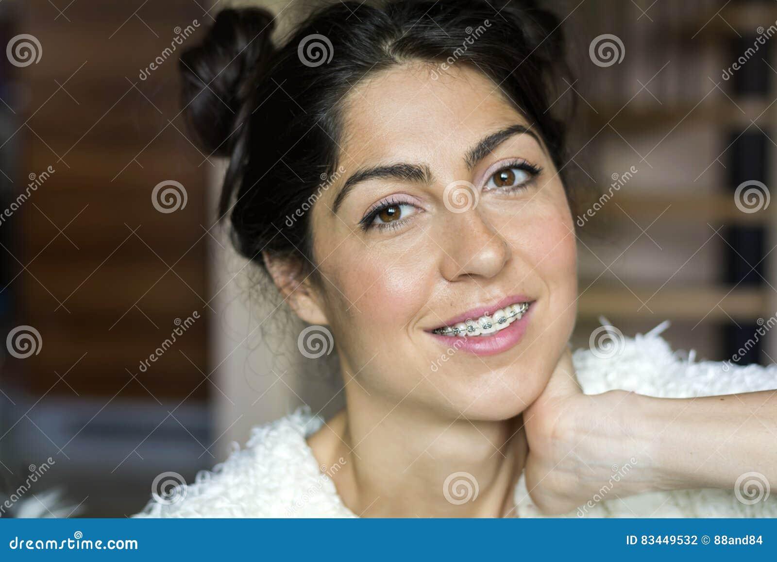 一名美丽的妇女的画象有括号的在牙 正牙学处理 牙齿保护概念