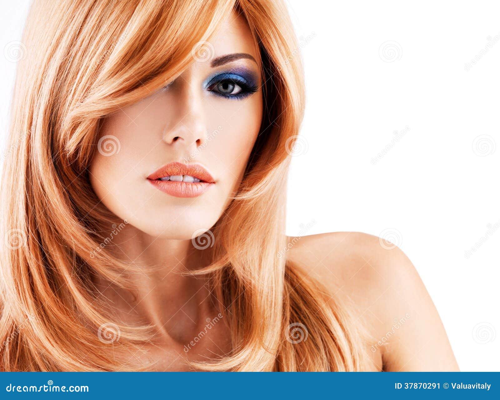 一名美丽的妇女的画象有长的红色头发和蓝色makeu的