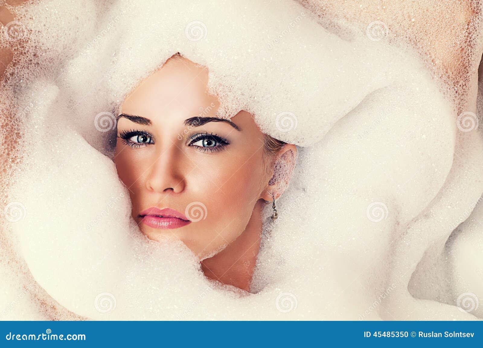 一名美丽的白肤金发的妇女的画象泡沫的
