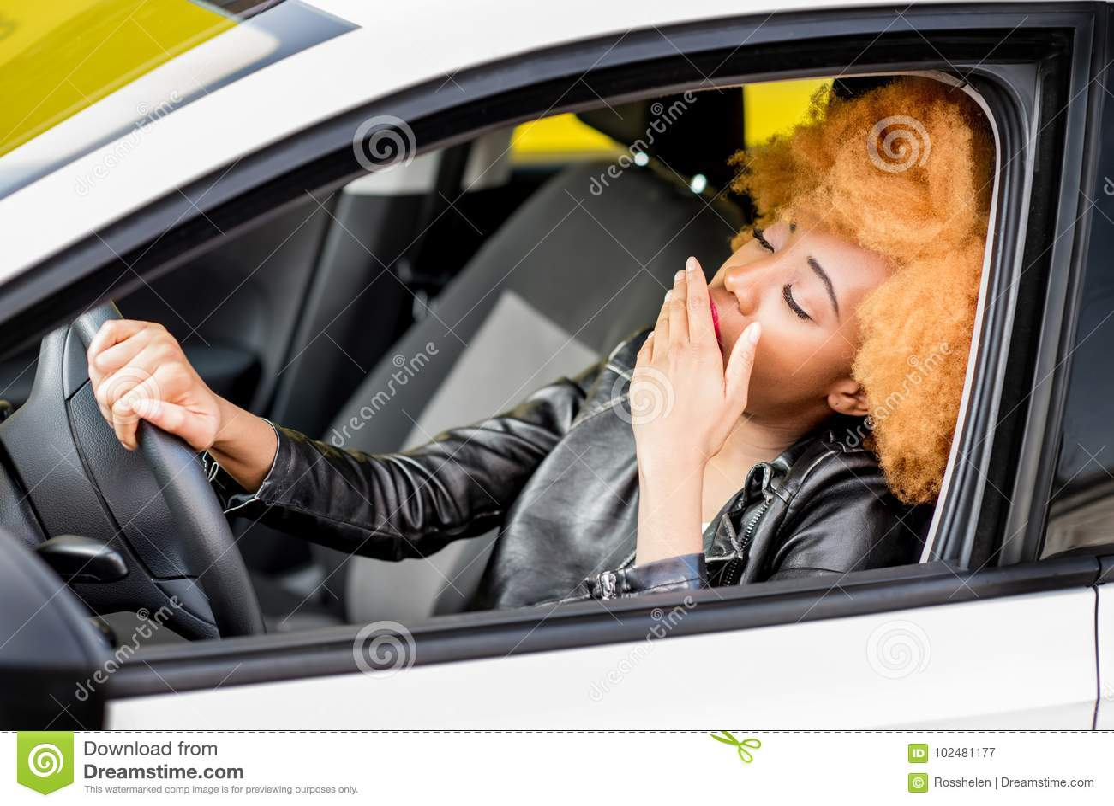 一名美丽的非洲妇女的画象汽车的