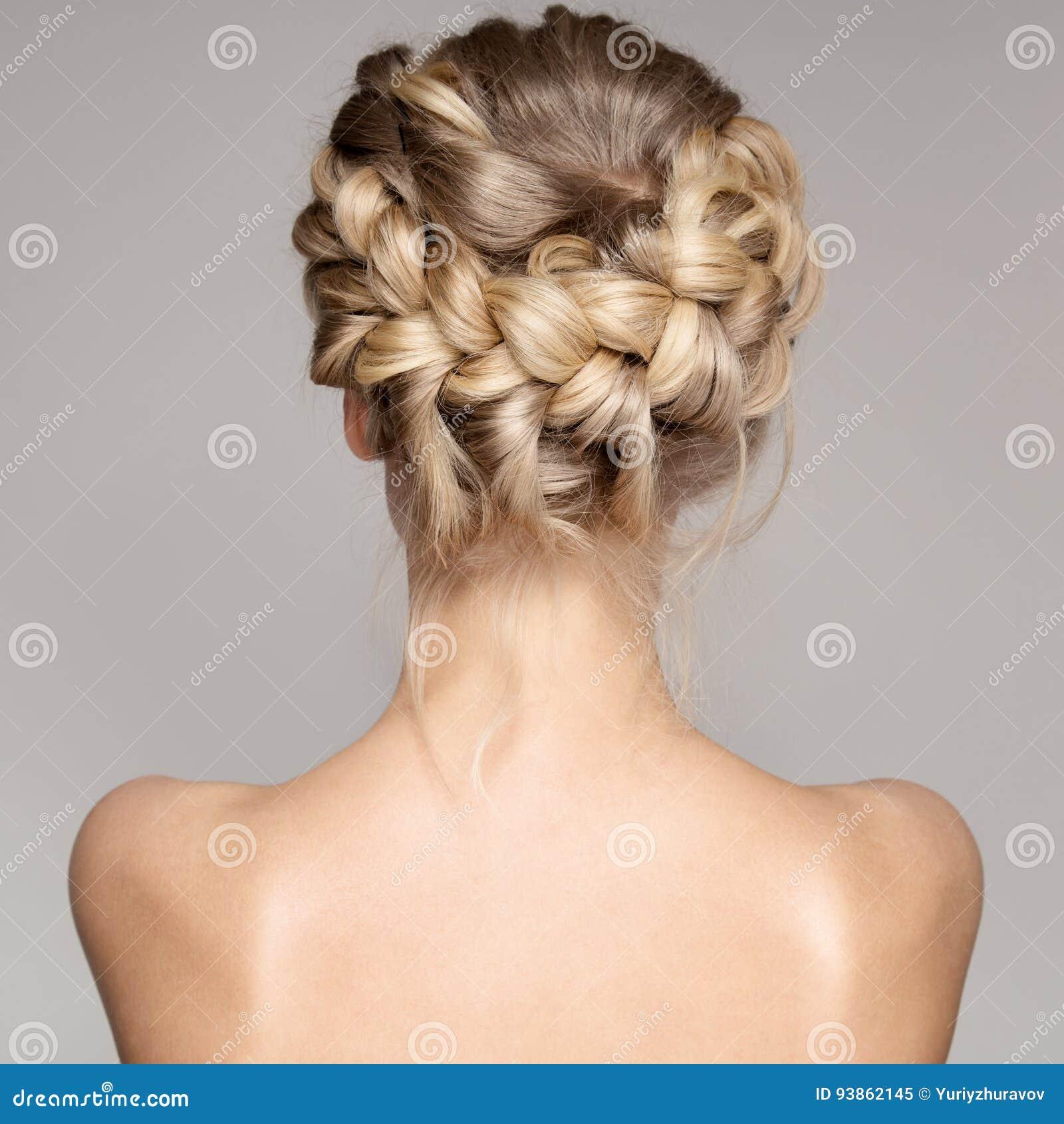 一名美丽的年轻白肤金发的妇女的画象有辫子冠头发的