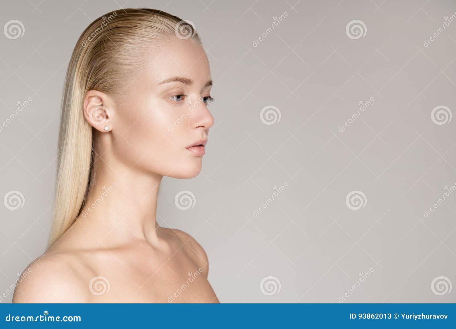 一名美丽的年轻白肤金发的妇女的画象有长的平直的海氏的