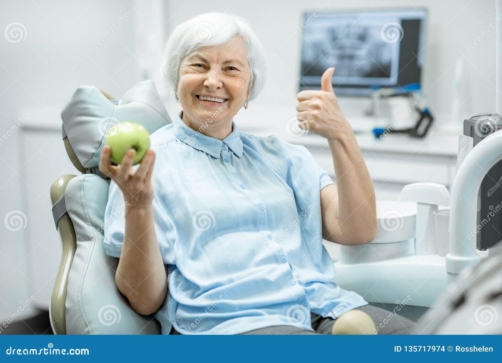 一名资深妇女的画象在牙齿办公室
