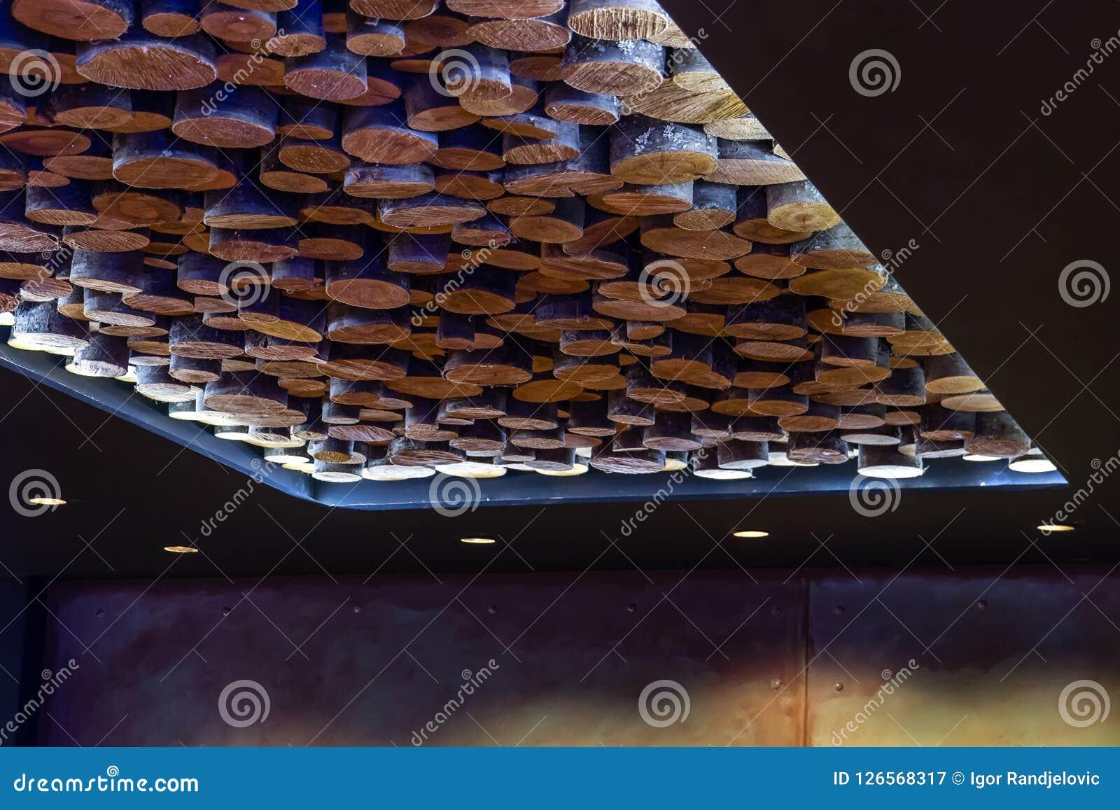 一块非常异常的现代天花板由Cutted木头制成