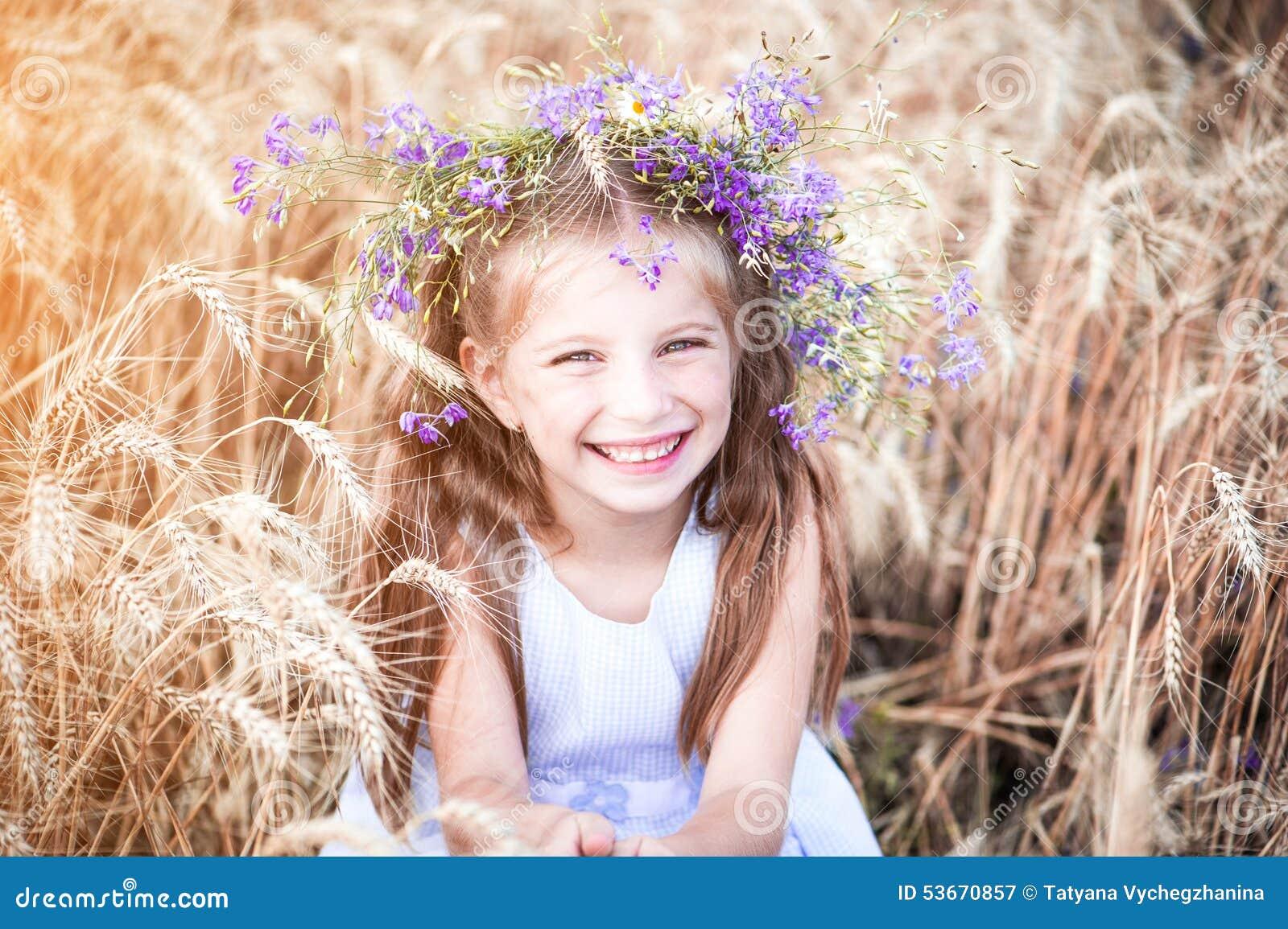 一块麦田的美丽的小女孩图片