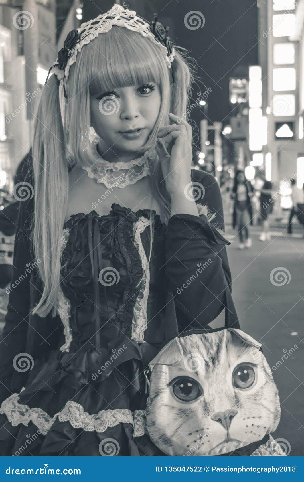 一套佣人服装的美丽的日本女孩在东京