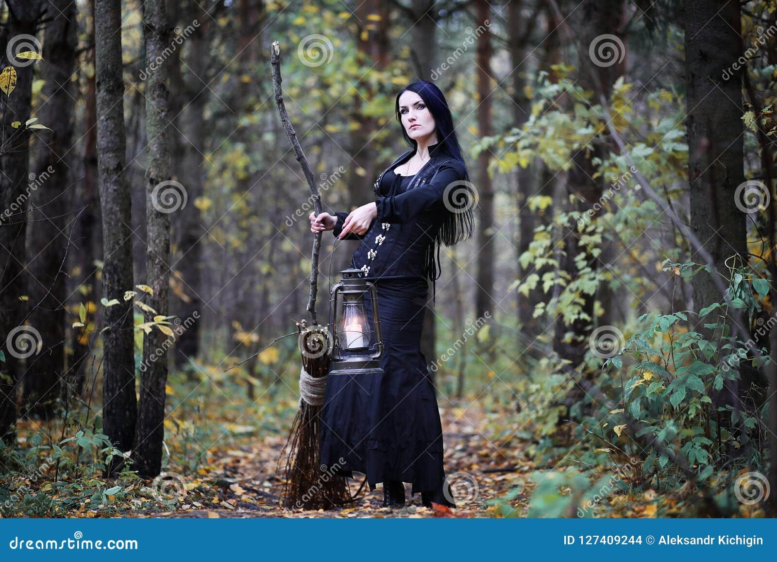 一套巫婆衣服的一名妇女在森林里
