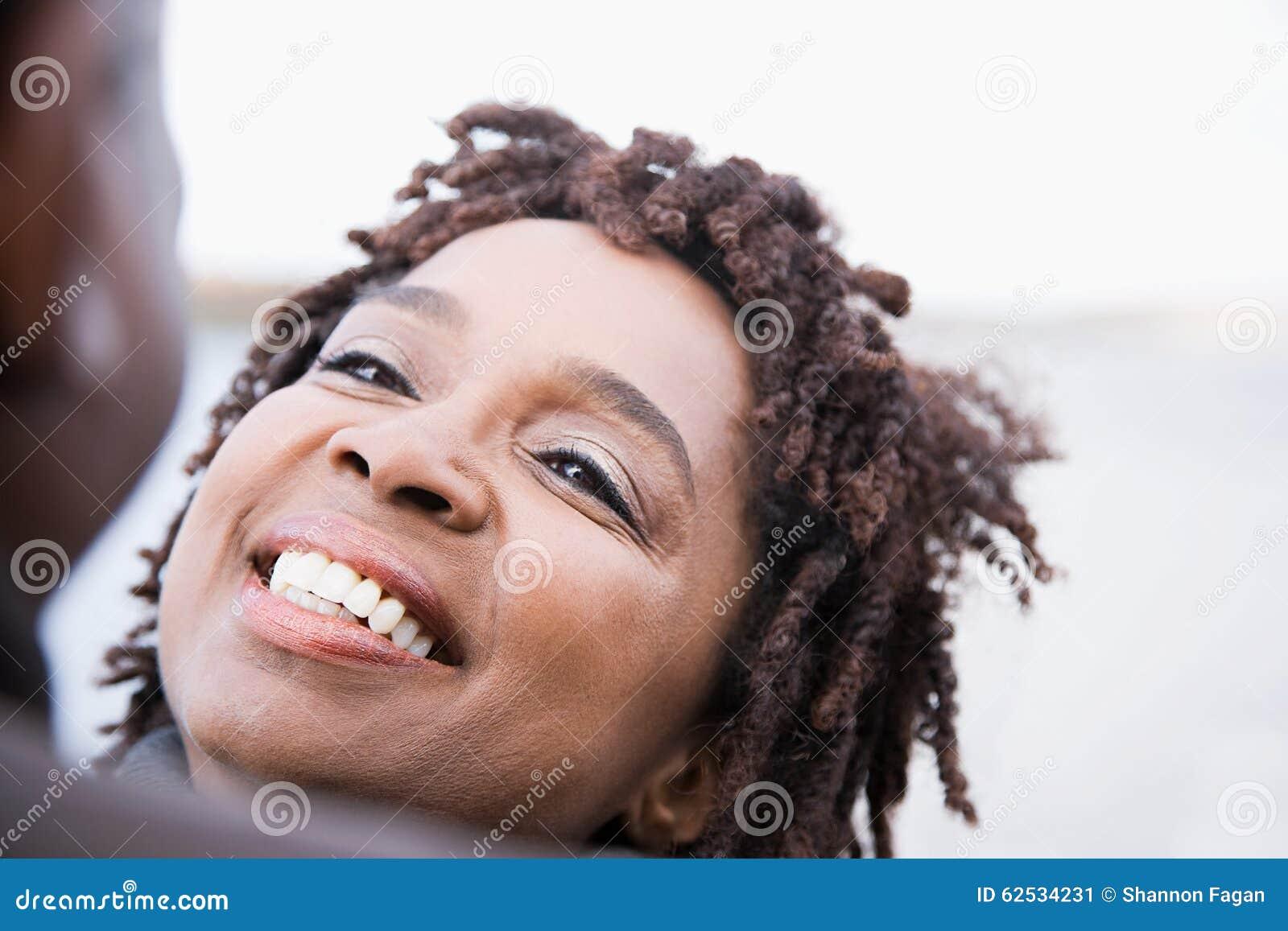 一妇女微笑