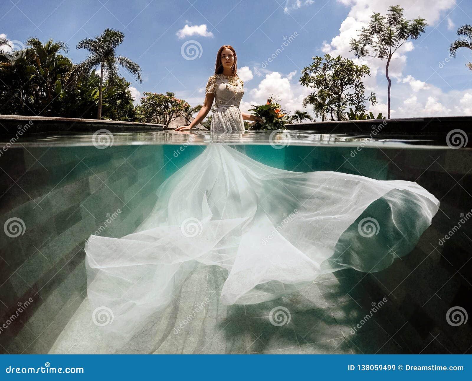 一婚纱的新娘在游泳场