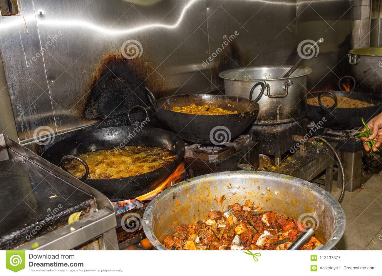 一家真正的脏的肮脏的餐馆工业&商业厨房e