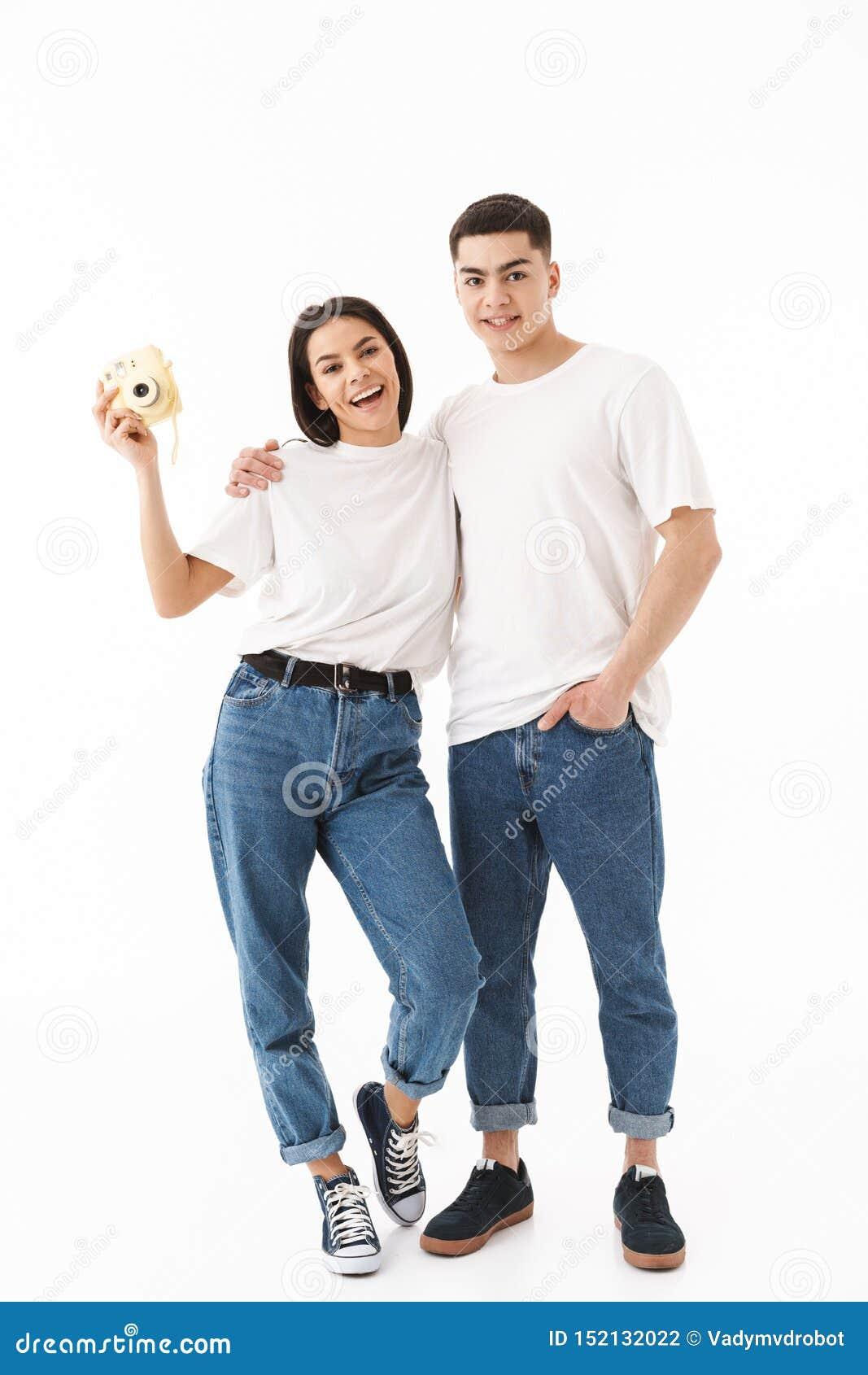 一对年轻有吸引力的夫妇的全长画象