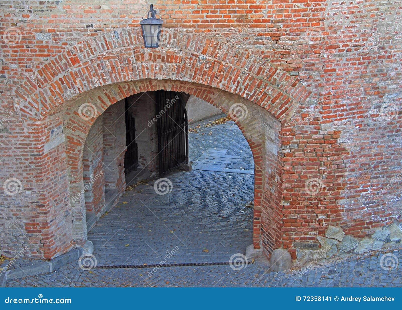 一对Spilberk城堡的入口