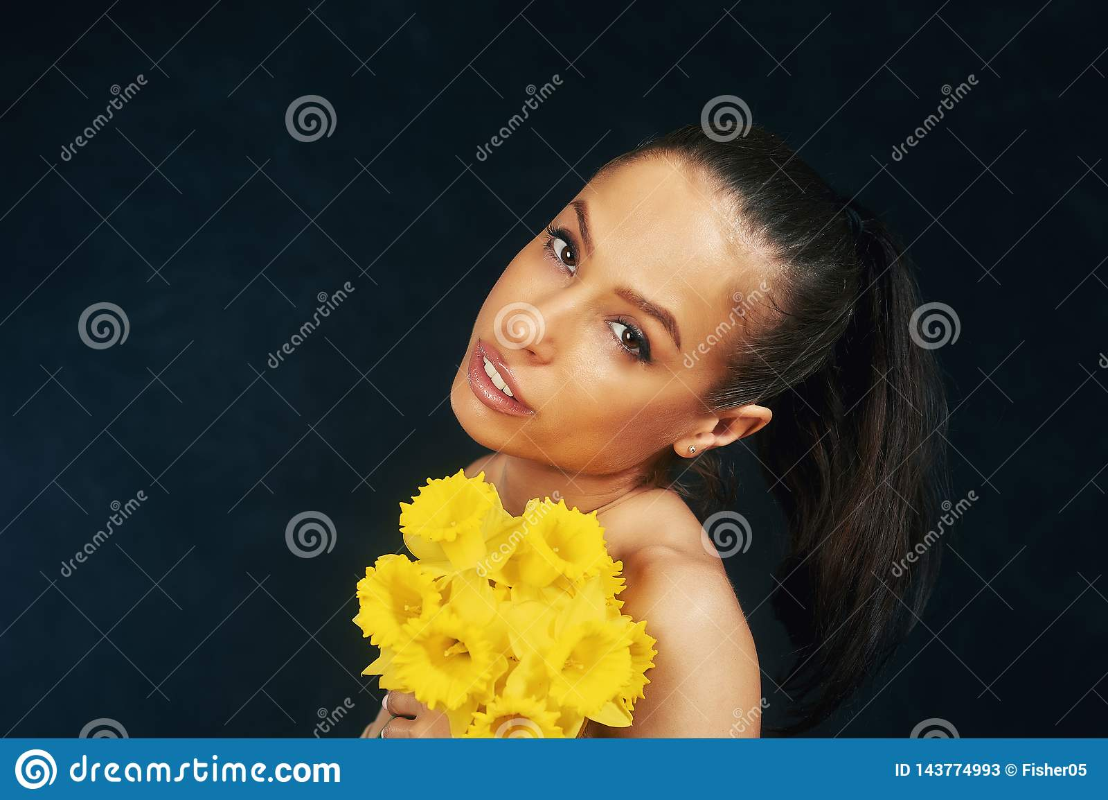 一年轻美女的画象有花的在演播室