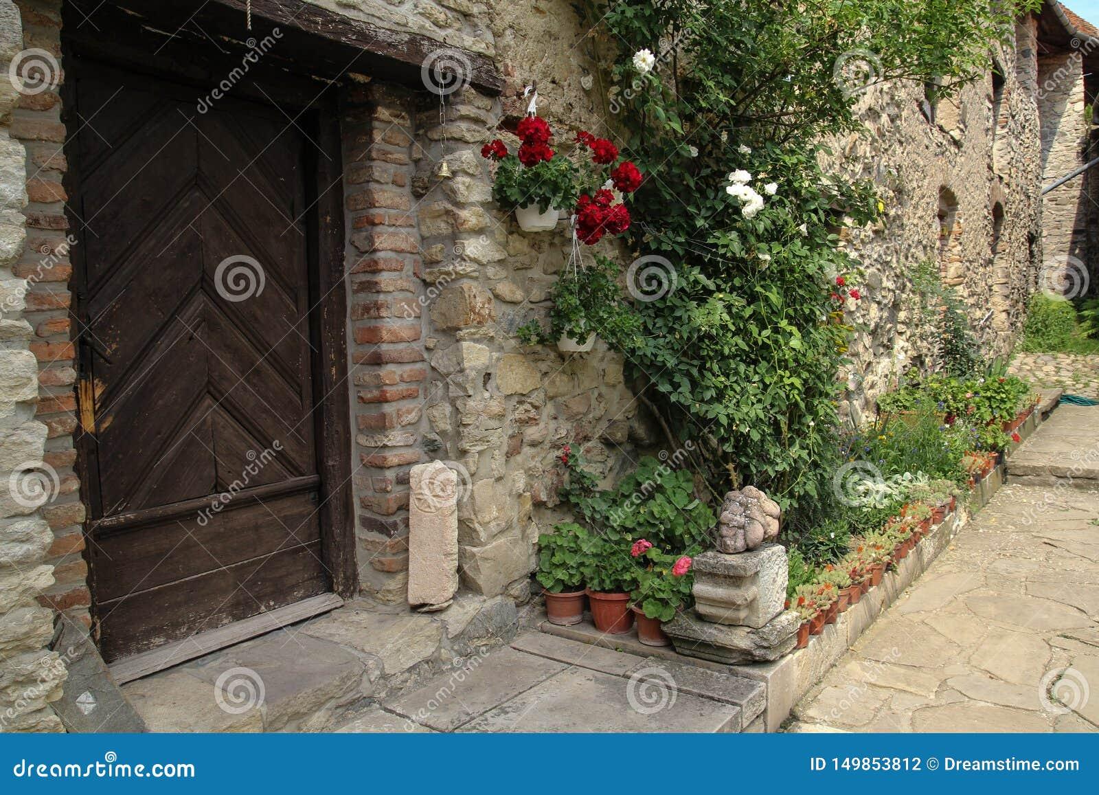 一座老中世纪城堡的美丽的石房子