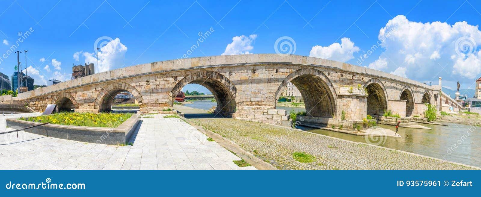 一座著名石桥梁全景在斯科普里