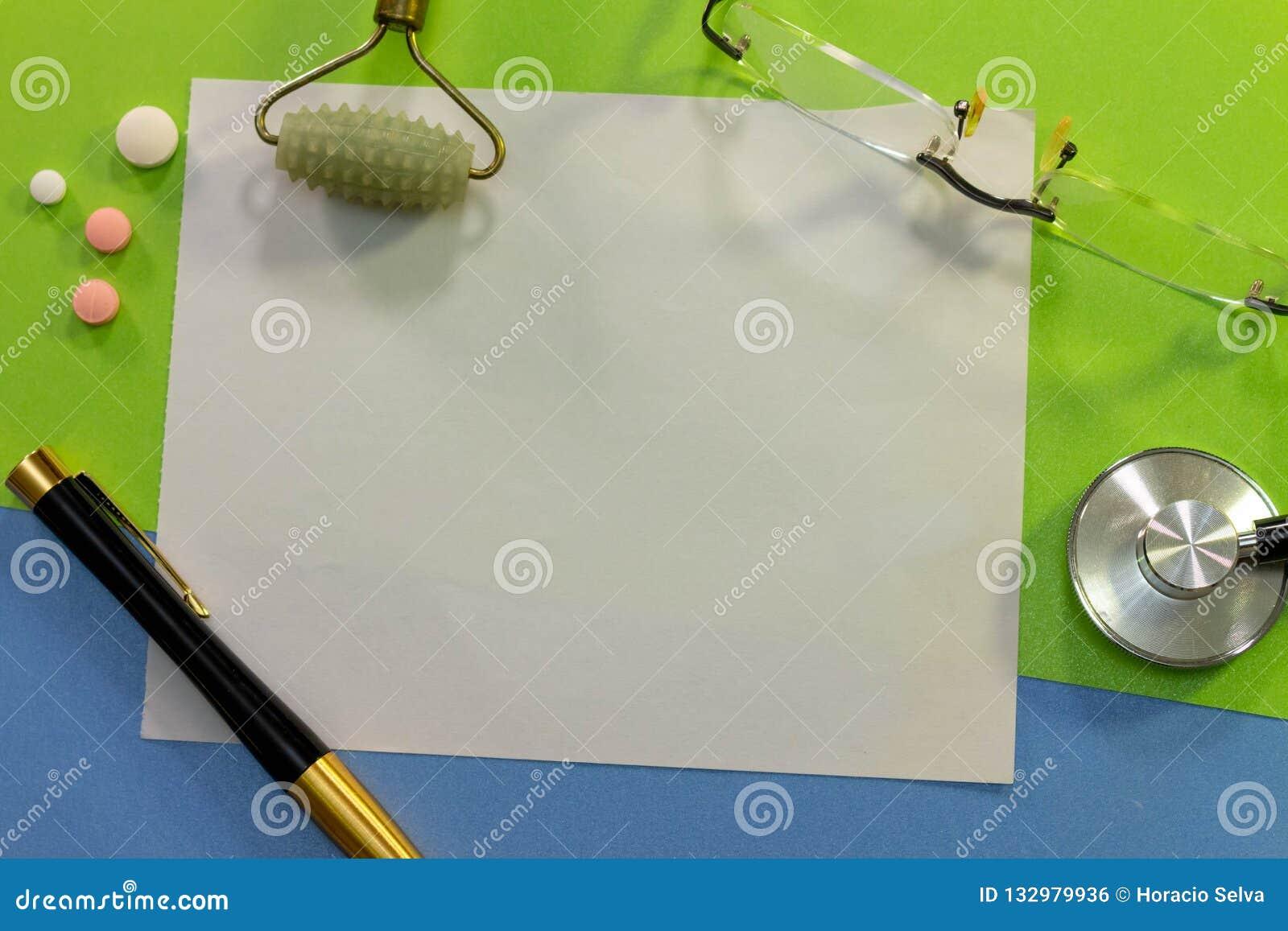 一张书桌的顶视图有医学的各种各样的元素的