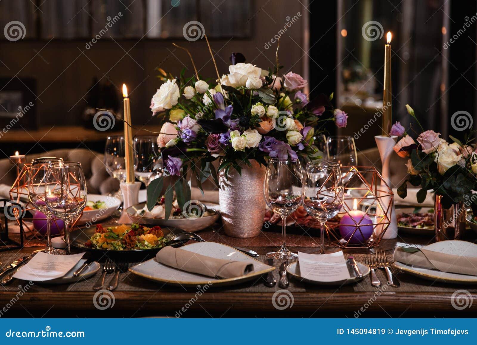 一张桌的装饰在一结婚宴会或生日宴会-美好的深色的