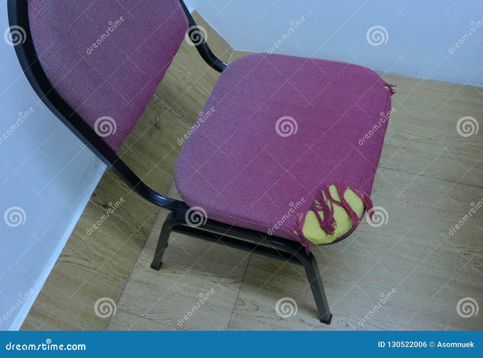 一把被撕毁的布料椅子