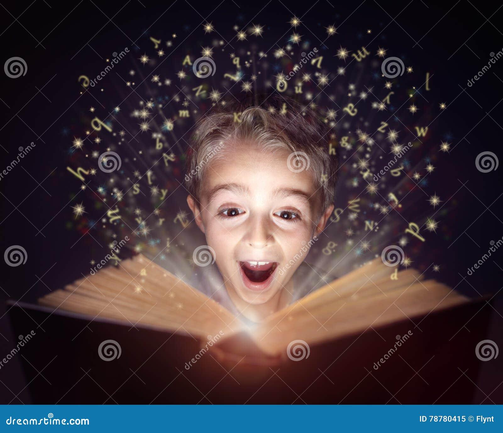 读一本不可思议的故事书的孩子