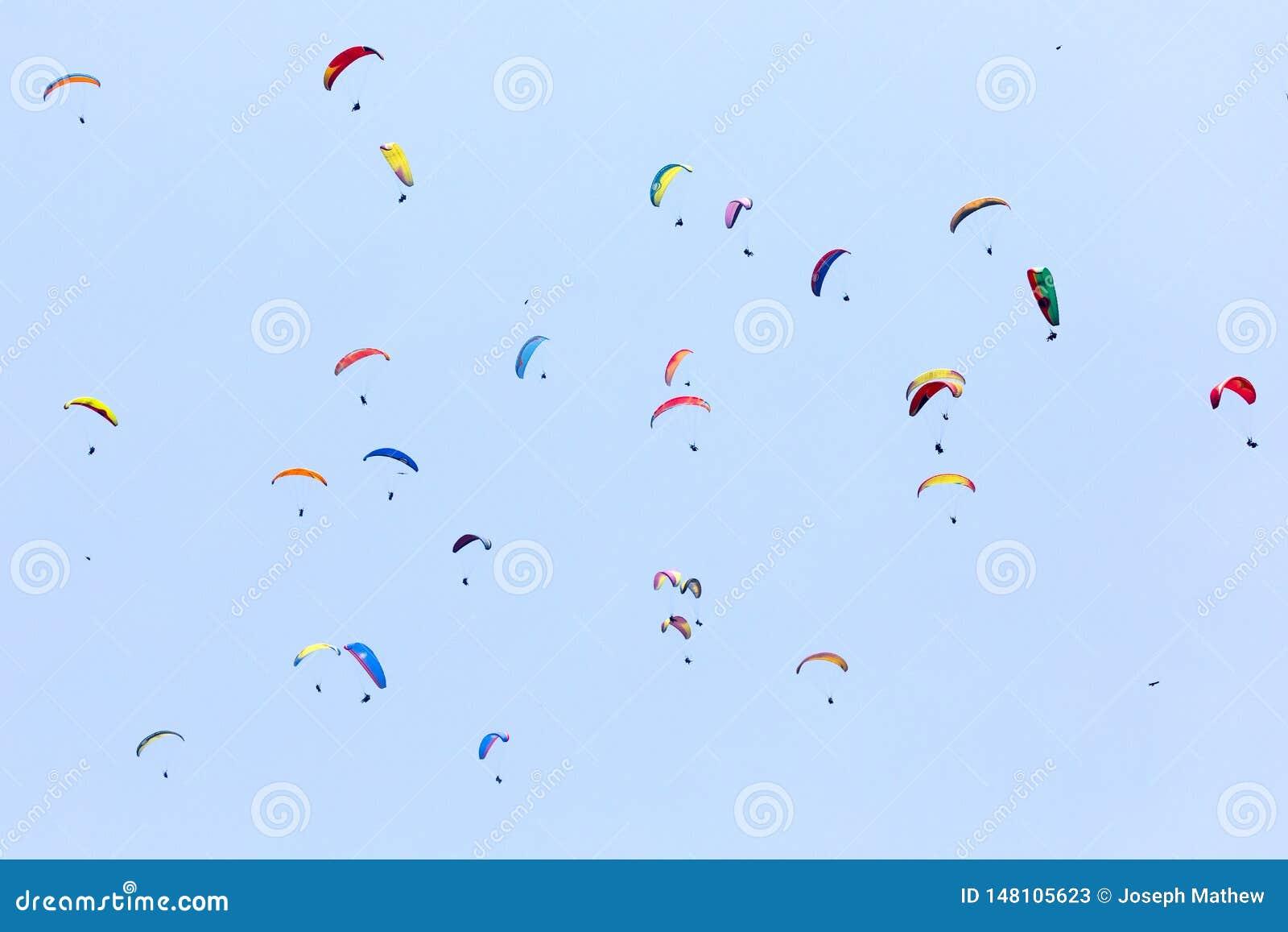 一束反对天空蔚蓝的滑翔伞飞行
