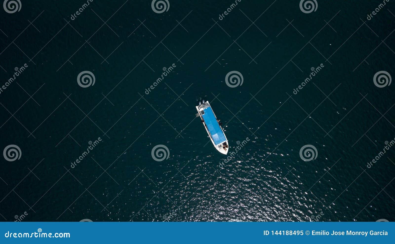 一条小船的寄生虫视图在深蓝色中间的