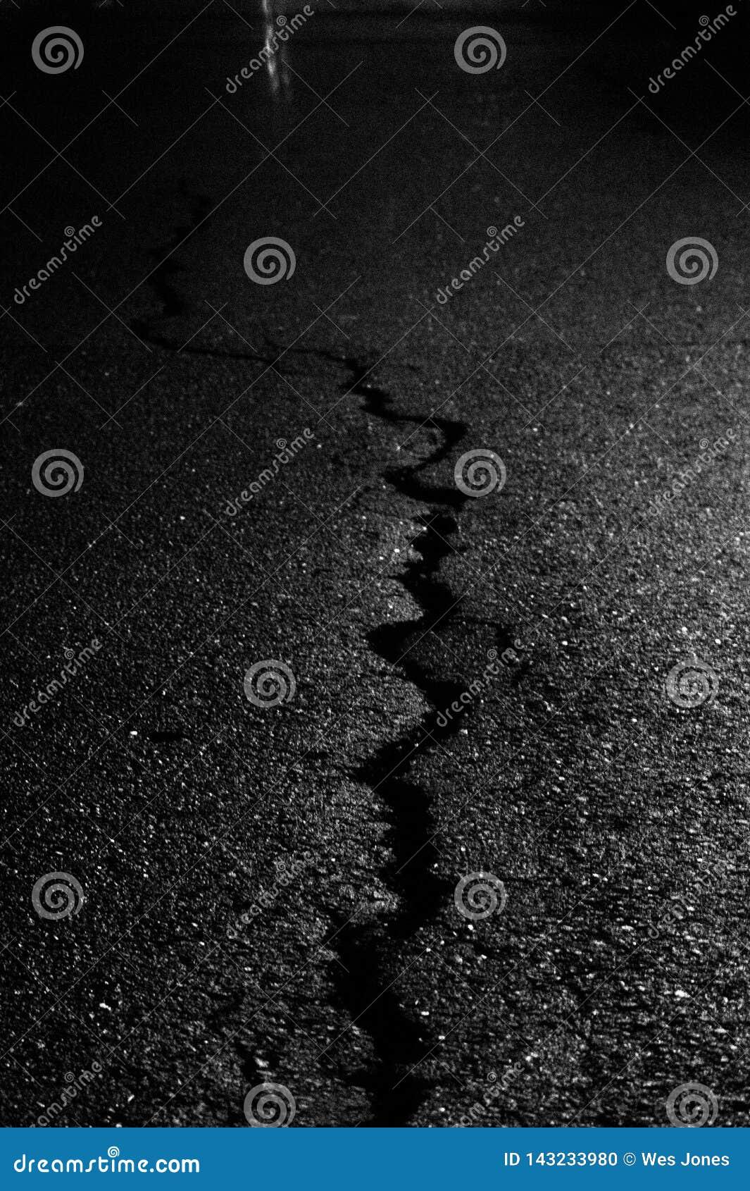 一条破裂的边路的摘要在晚上
