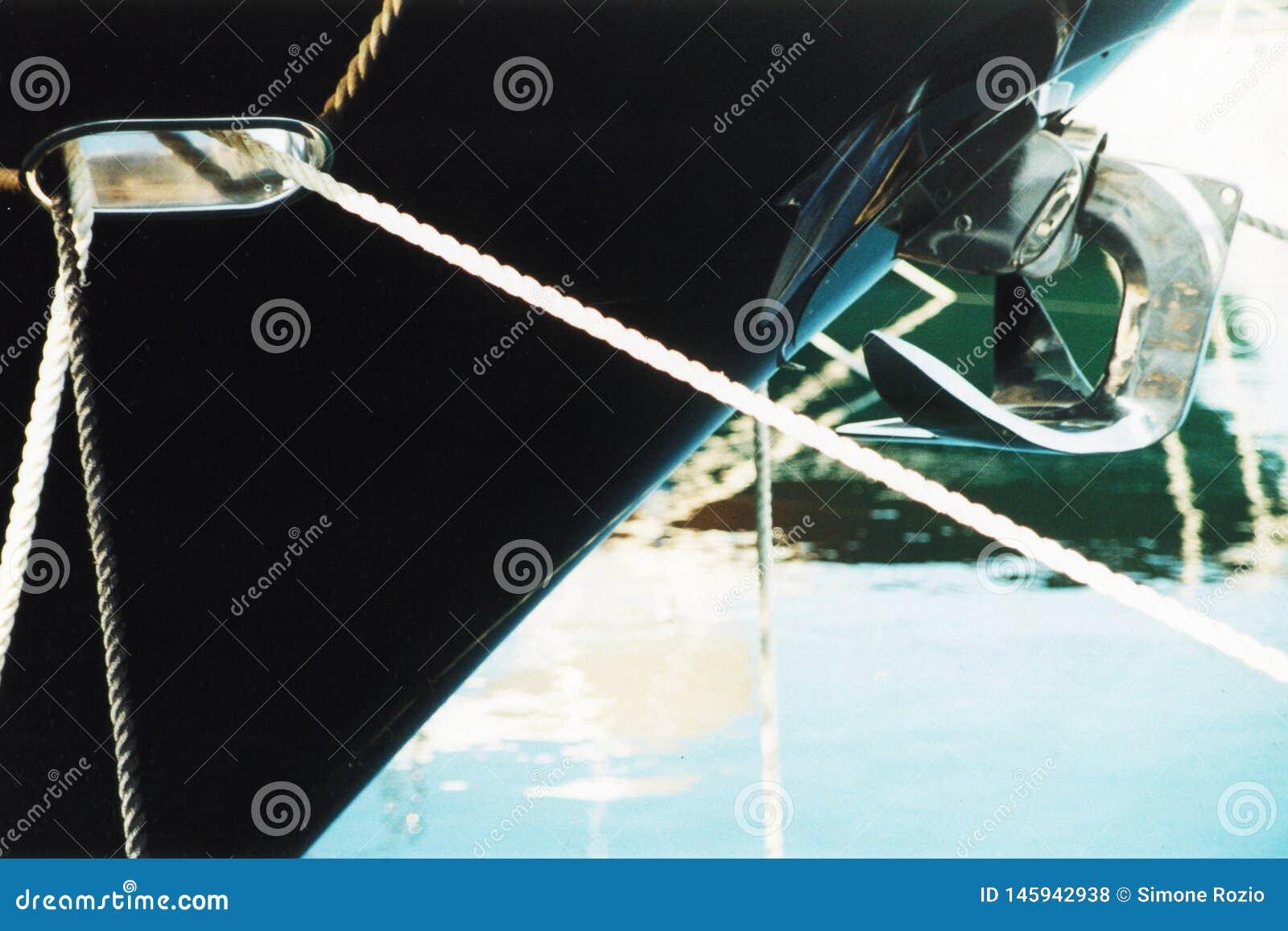 一条被停泊的游艇的细节