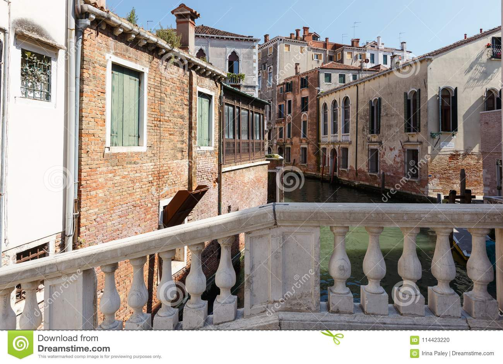 一条运河的典型的看法从一peshmoist与栏杆的支,威尼斯,意大利的