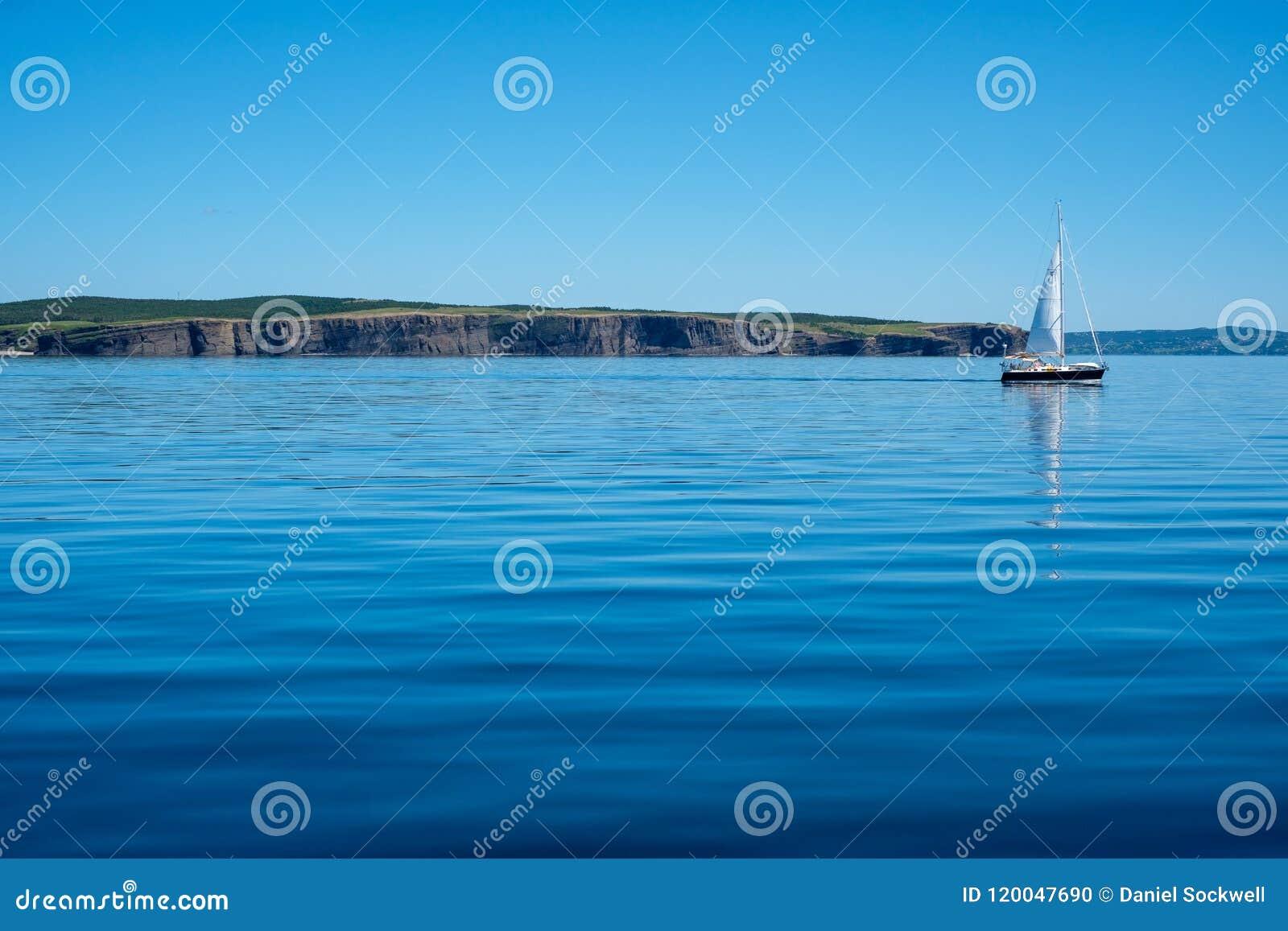 一条风船在沿海纽芬兰的镇静水中