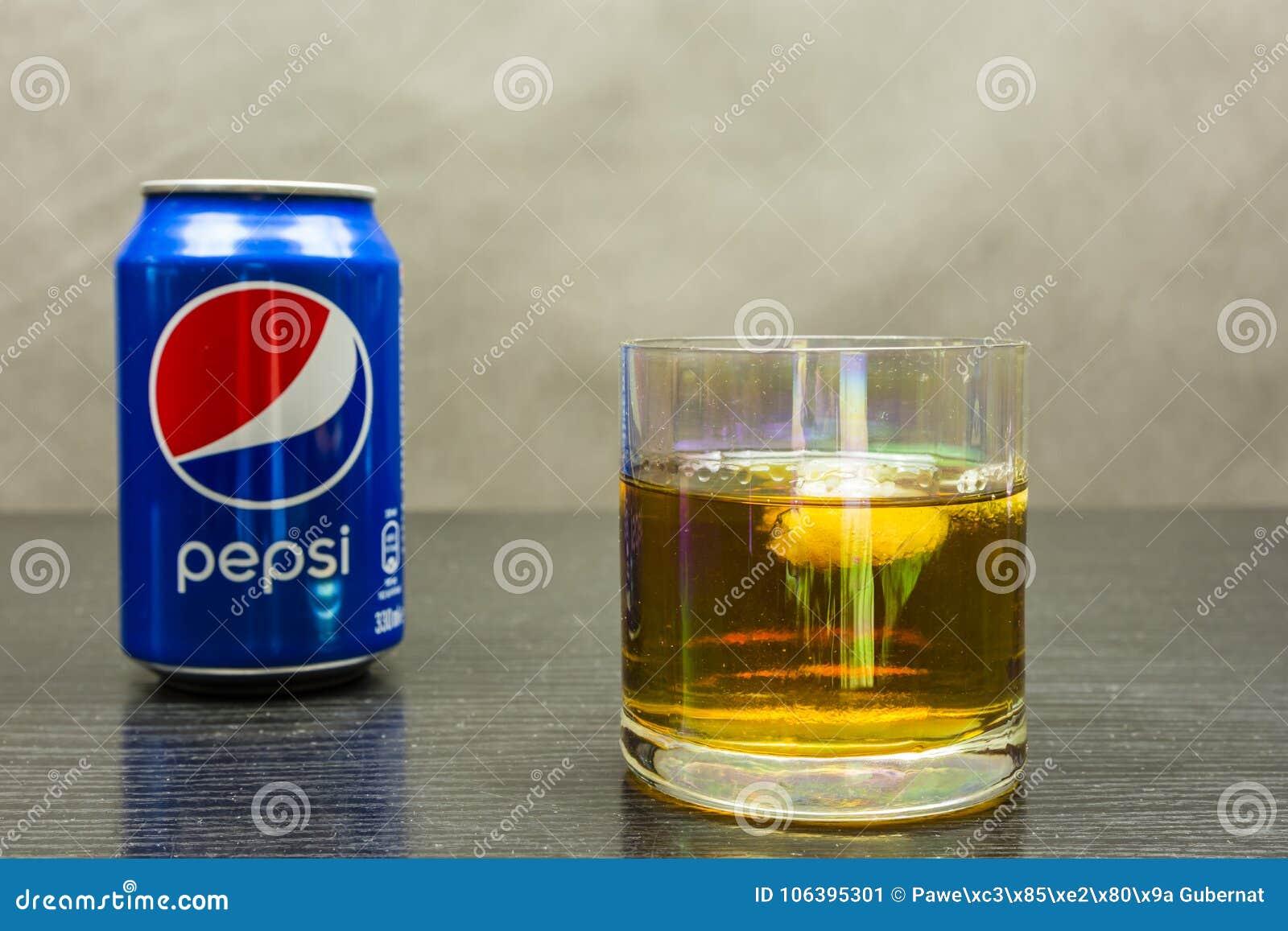 一杯与冰和一个罐头的威士忌酒百事可乐