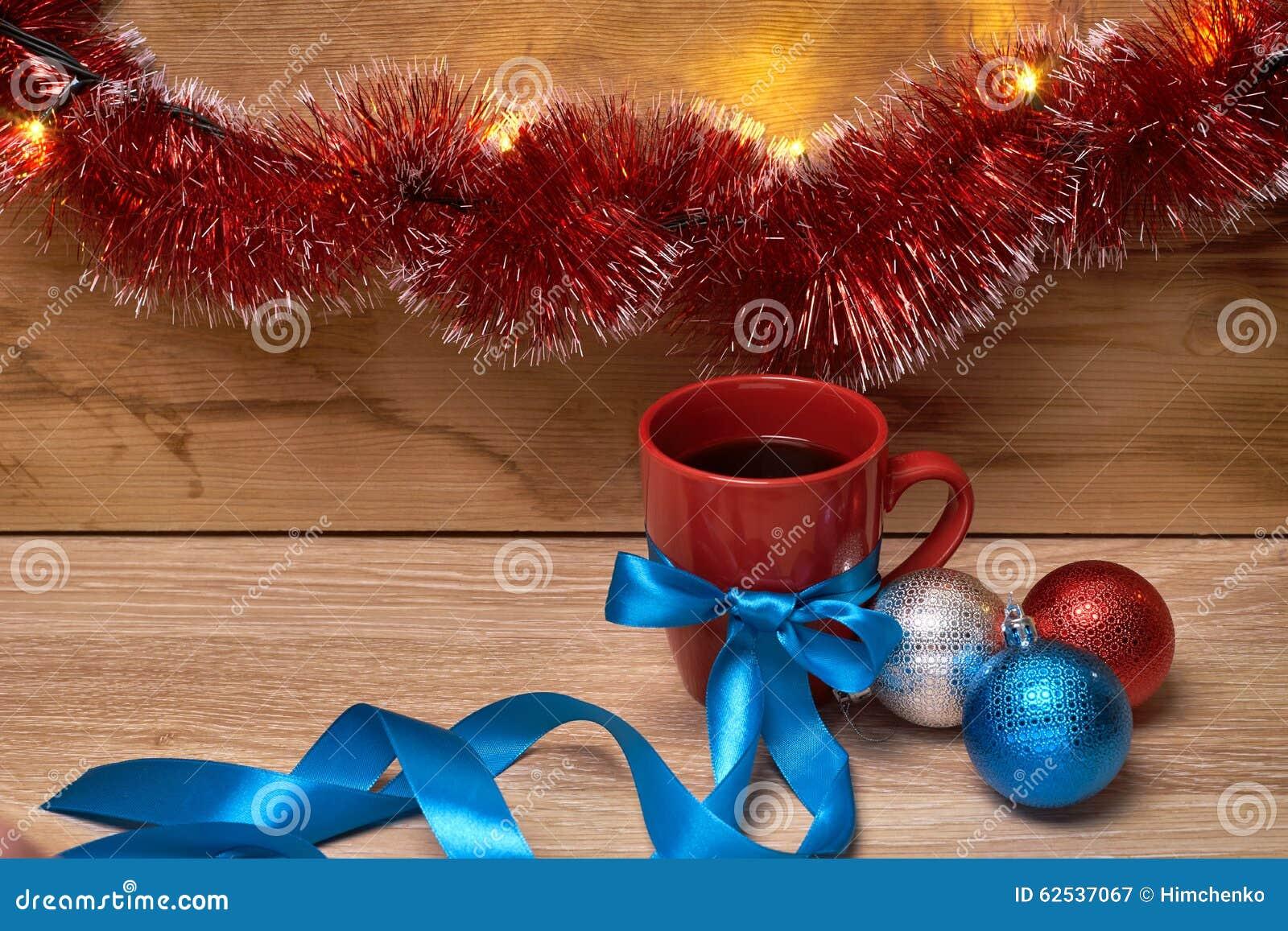 一杯咖啡在新年decorationsv的