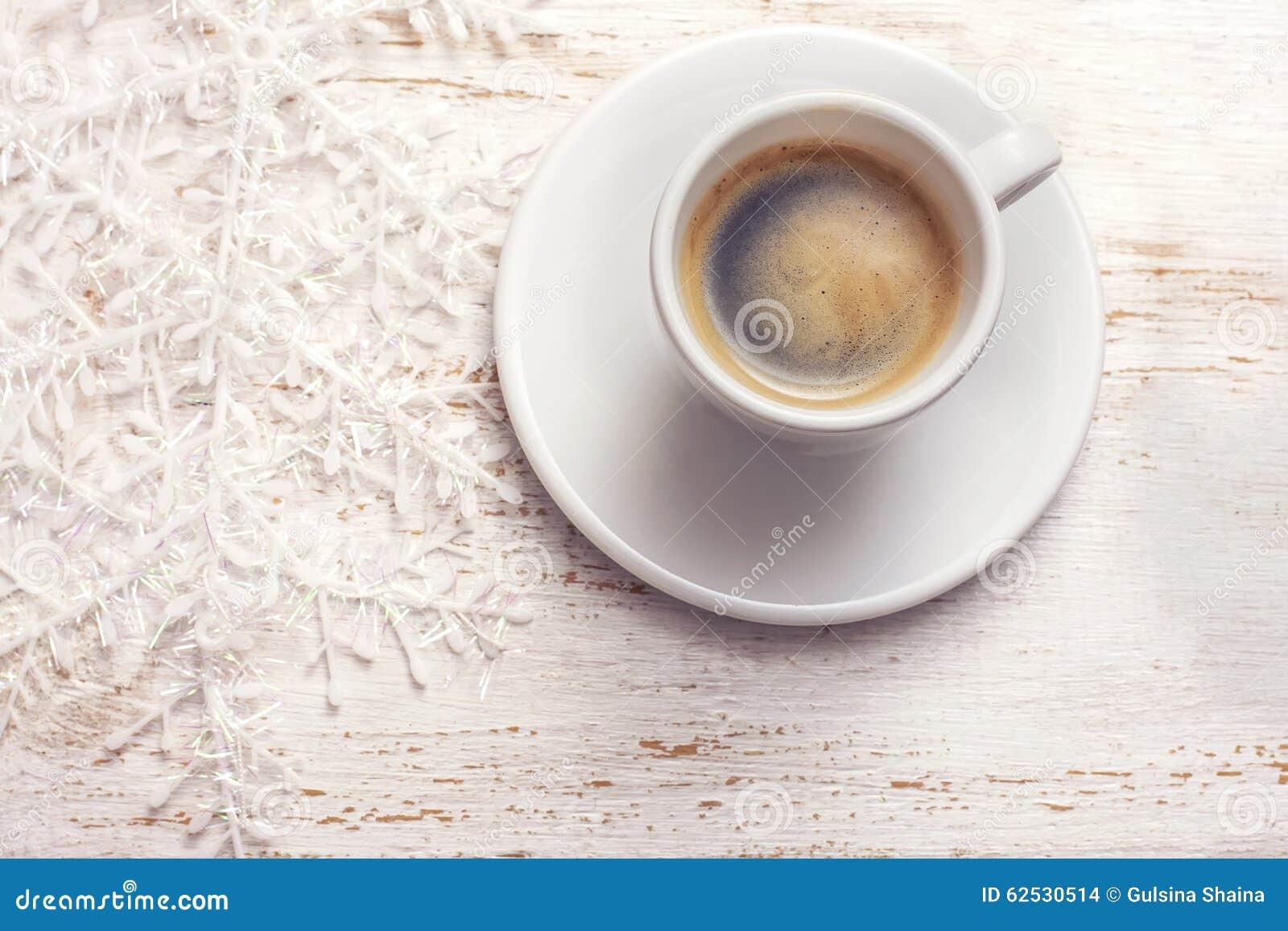 一杯咖啡,在白色木背景的雪花