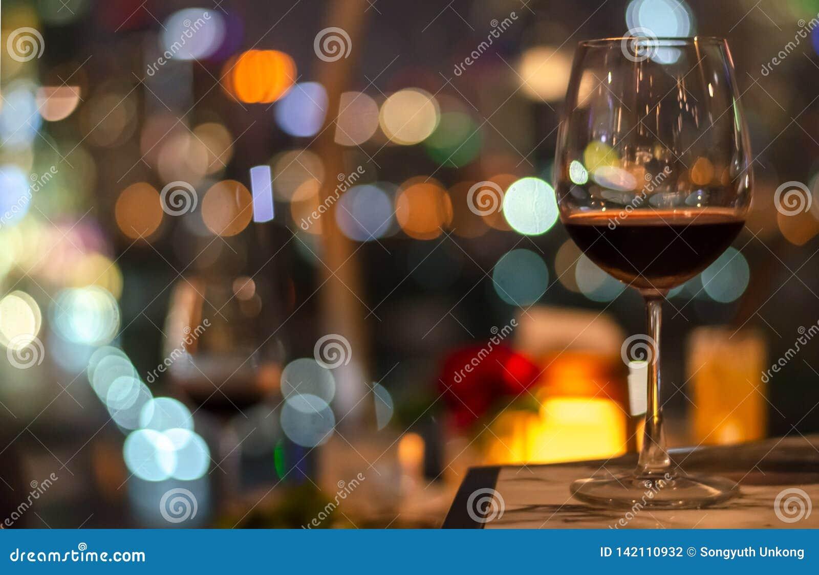 一杯在屋顶酒吧桌上的红酒