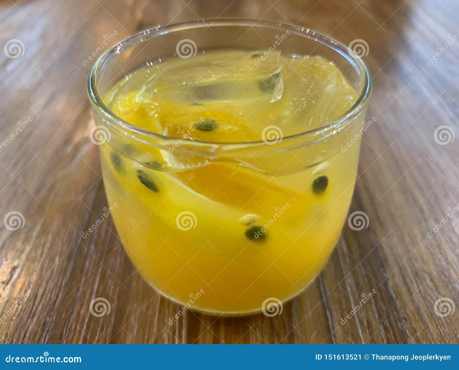 一杯西番莲果汁背景