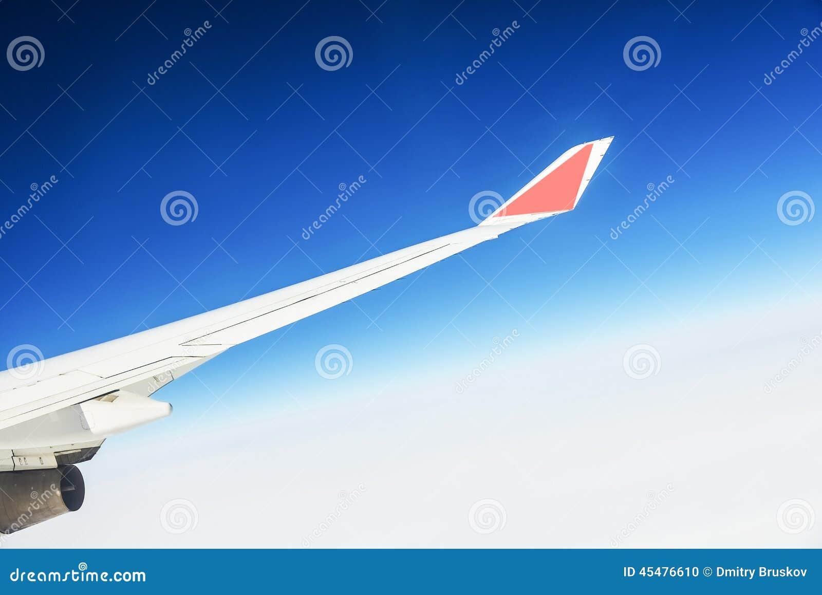一架飞机的翼的看法通过窗口