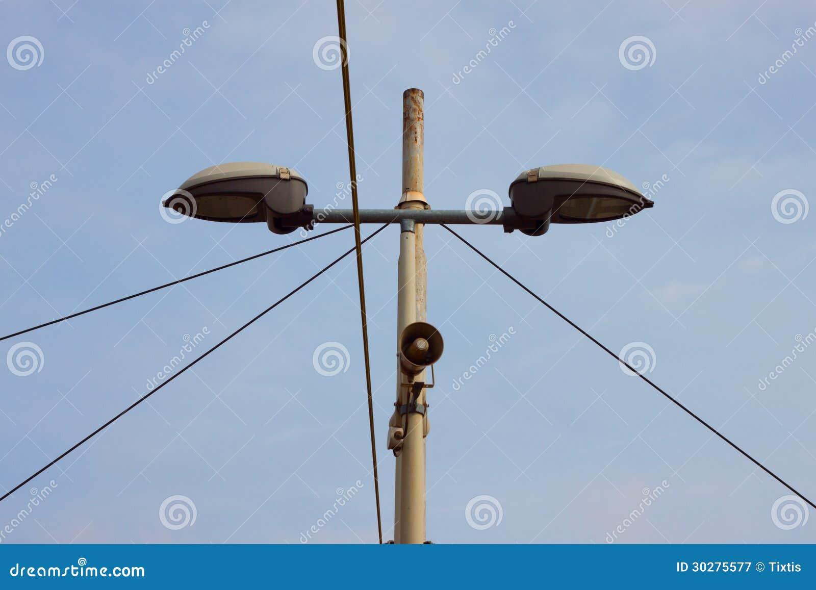 一根路灯柱的细节有一台小扩音器的