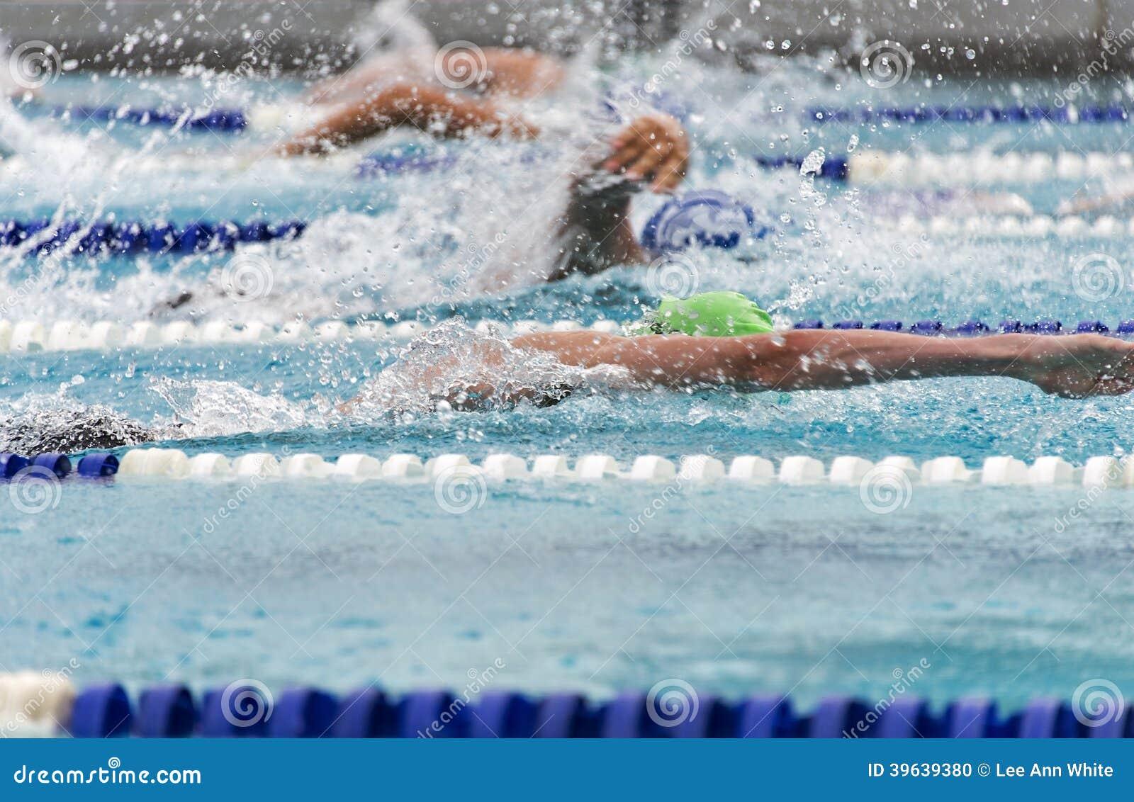一次势均力敌的比赛的男性自由式游泳者图片
