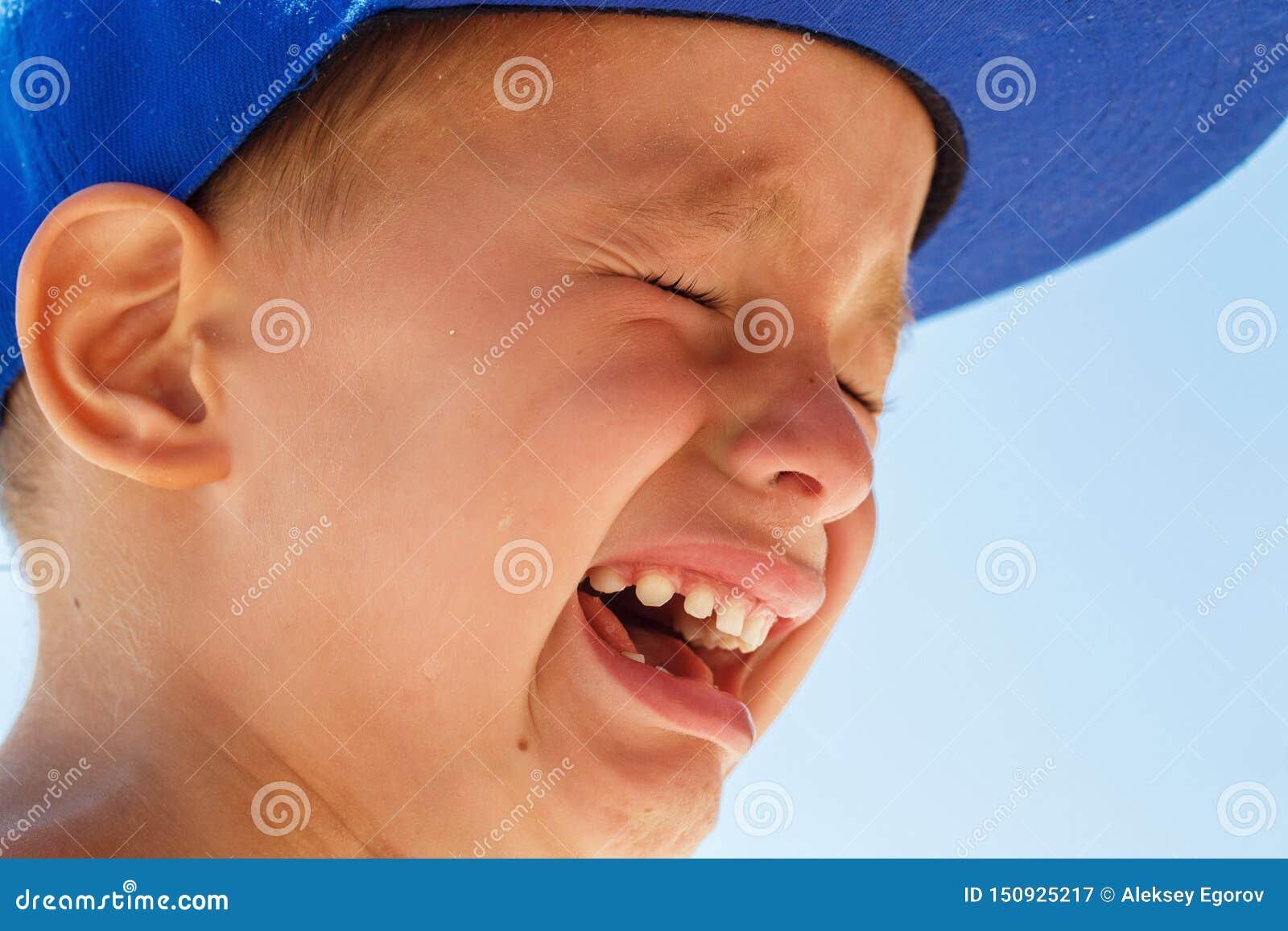 一点一蓝色焰晕哭泣的五岁的男孩