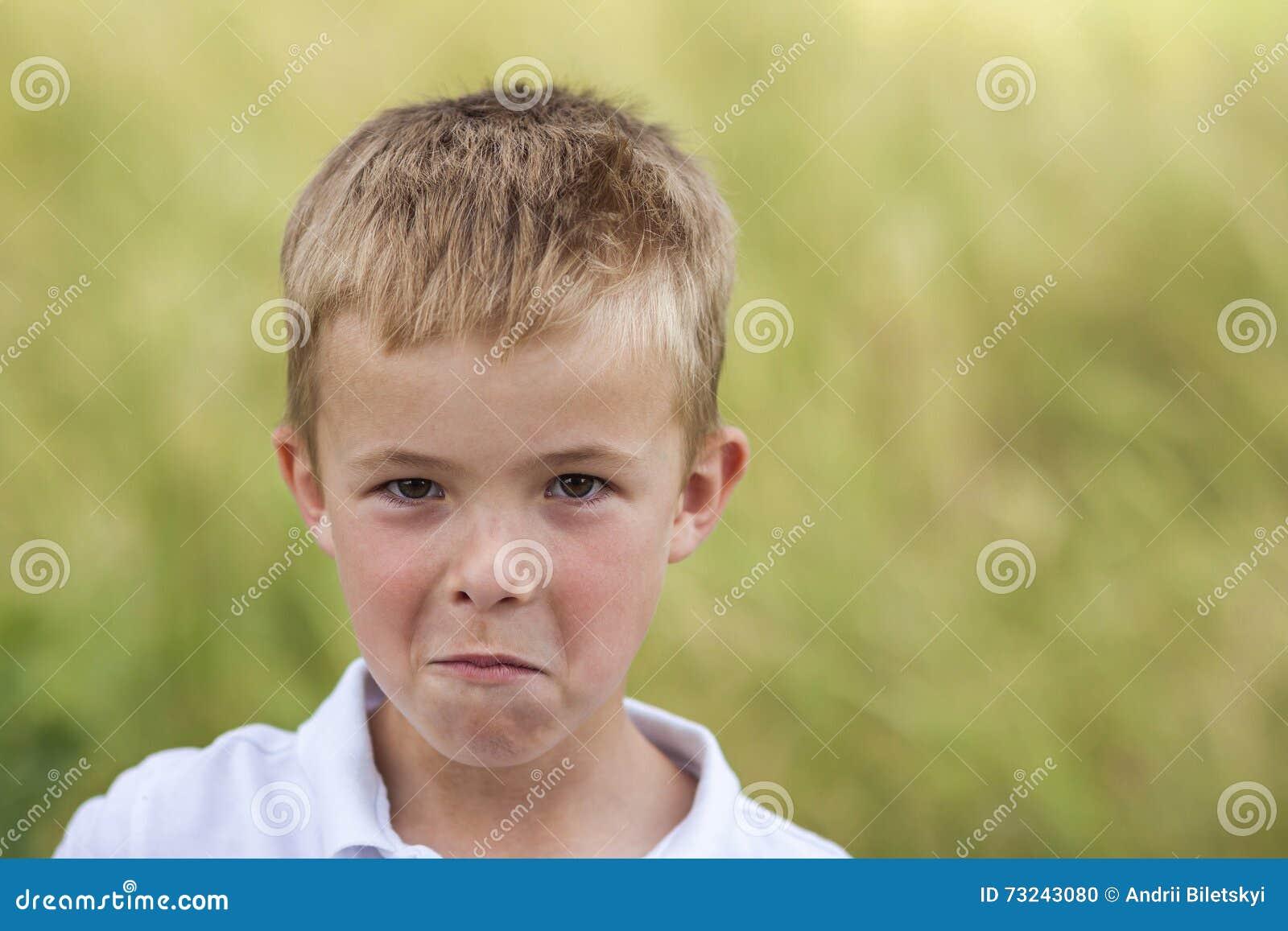 一点的画象使并且不满意有金黄的男孩生气