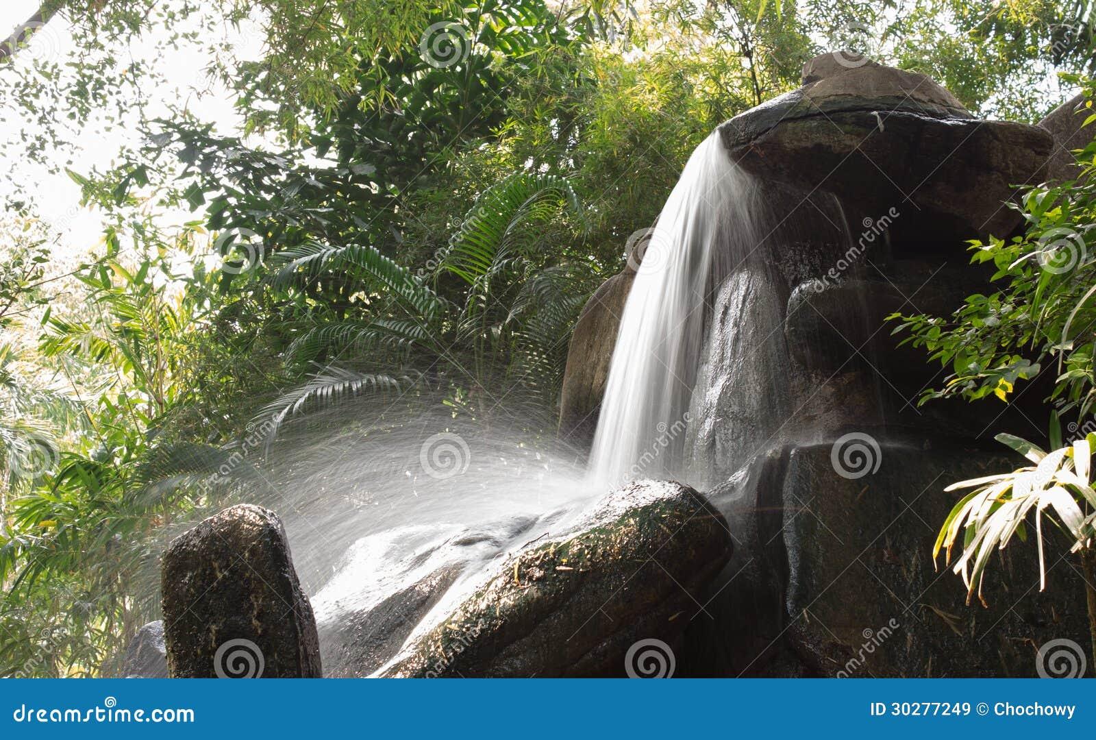 美丽的瀑布在庭院里